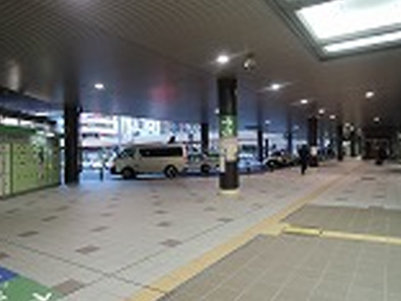仙台駅西口1階を出て、右方向に向かいます。