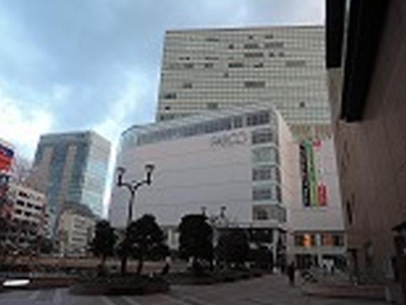 仙台駅西口2階(正面出入口)を出て右方向にある「PARCO」に向かいます。