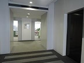 12階で降りてすぐ、「みやぎジョブカフェ」と「新卒応援ハローワーク」の入口があります。左の扉からお入りください。
